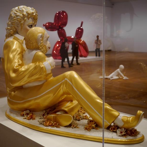 """Michael Jackson och hans apa blickar ut över en annan Jeff Koons-skulptur, """"Balloon Dog (Red)"""" och på golvet """"The New Beetle"""" av Charles Ray: obs hur oskyddad den står."""